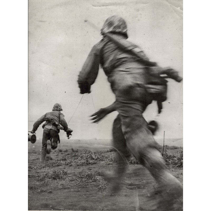 U.S. Marine Service: U.S. Marines lay Telephone Wire on Iwo Jima. Original Fotografie (1945)