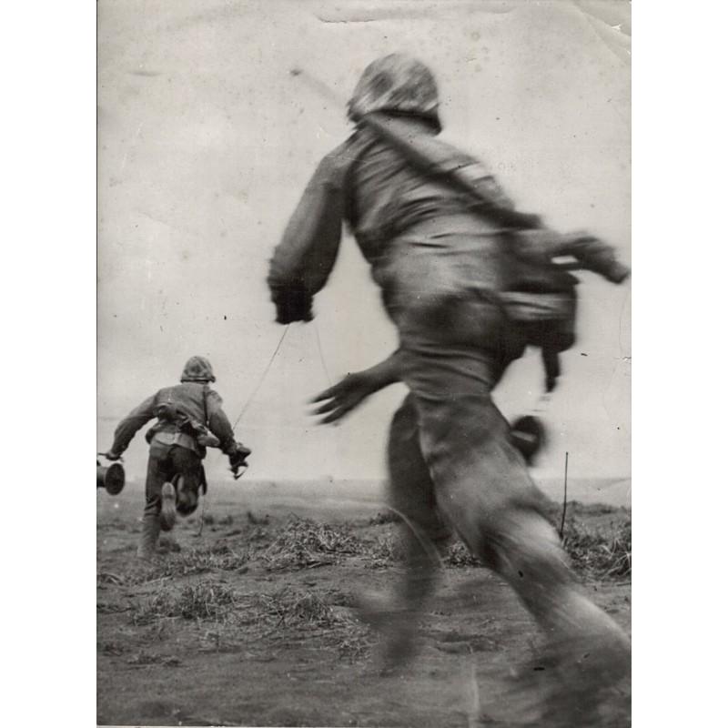 U.S. Marine Service: U.S. Marines lay Telephone Wire on Iwo Jima. Original Fotografie (1945)