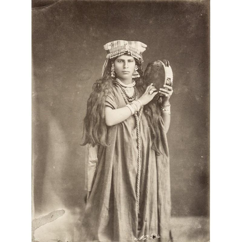 Nordafrika - Anonymer Fotograf: Tamburin-Spielerin. Original-Fotografie (ca. 1885)