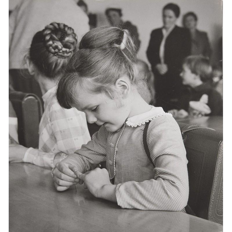 LAUTERWASSER, Siegfried: Schulkinder. Original-Fotografie auf Agfa Portriga Rapid (1950er Jahre).