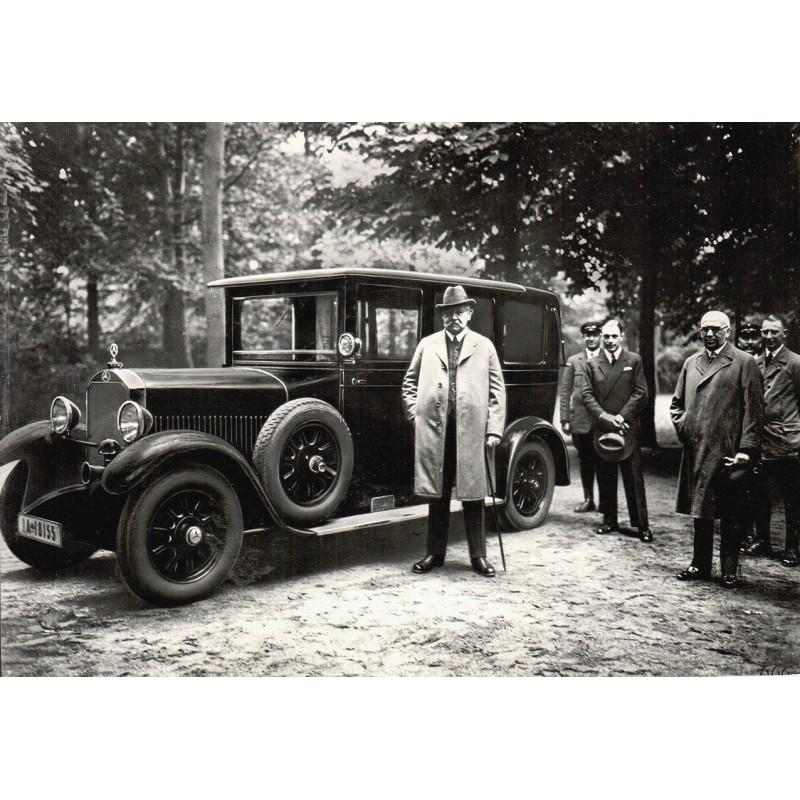 Anonymer Fotograf: Reichskanzler Paul von Hindenburg vor seiner Daimler-Benz Limousine.