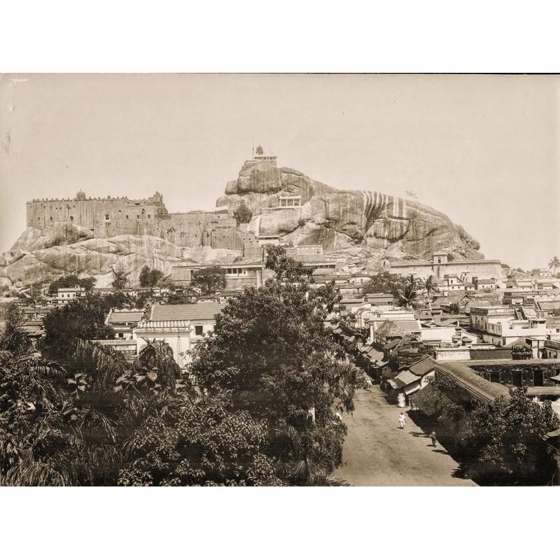 Raja Deen Daya (zugeschrieben): Stadtansicht mit überbautem Felsen. Original Fotografie (um 1900)