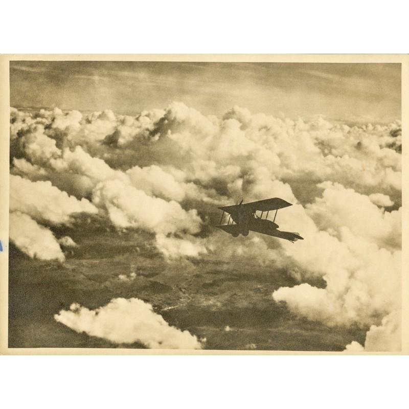 AVIATIK / FOTOKUNST: Anonym: Doppeldecker, über die Wolken steigend (ca. 1920). Original-Fotografie.