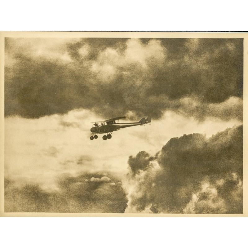AVIATIK / FOTOKUNST: Anonym: Doppeldecker fliegt aus einer Wolkenbank (ca. 1920). Original-Fotografie