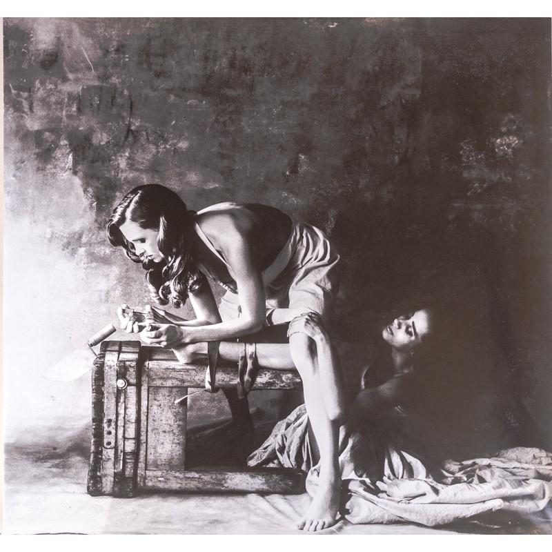 Penn, Irving (zugeschrieben): Zwei Frauen bei der Pediküre. Original-Fotografie (1970er - 1980er Jahre)