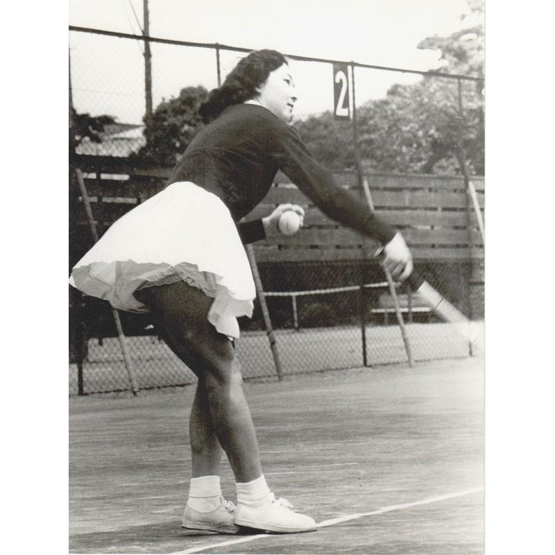 Die japanische Kronprinzessin (und heutige Kaiserin) Michiko beim Tennisspiel. Original Fotografie (1959).