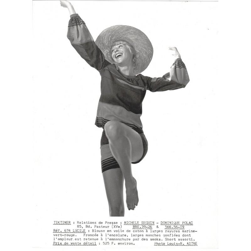 """TIKTINER Modelabel: Die Modelle """"Folklore"""" sowie """"Lucile"""". Zwei Original Fotos (um 1968)"""