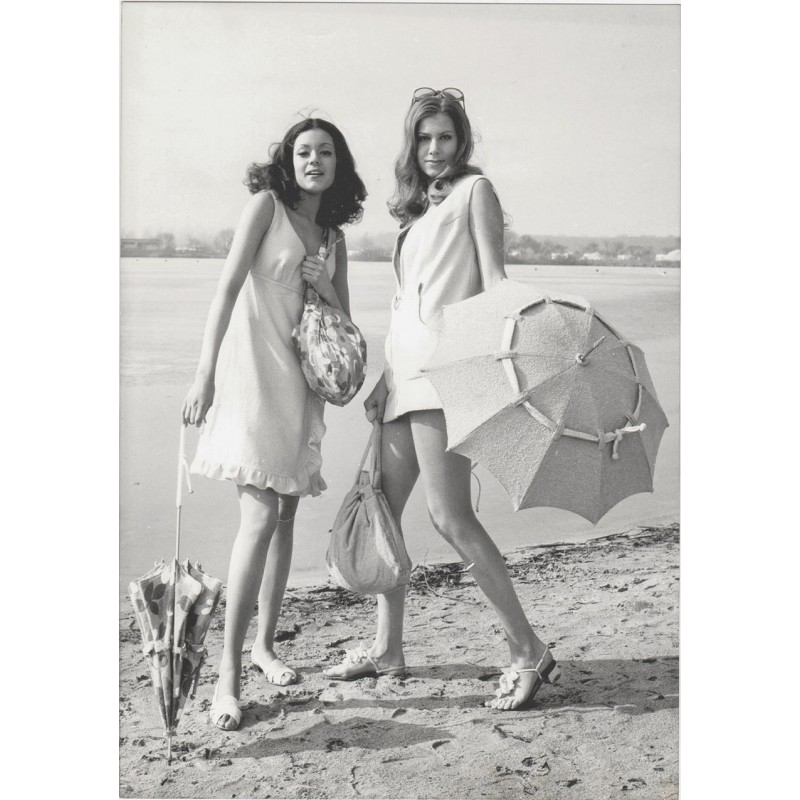 Die Präsentation der Bademodewelt 1968 / 1969. Fünf Original Fotografien. Vintage prints.