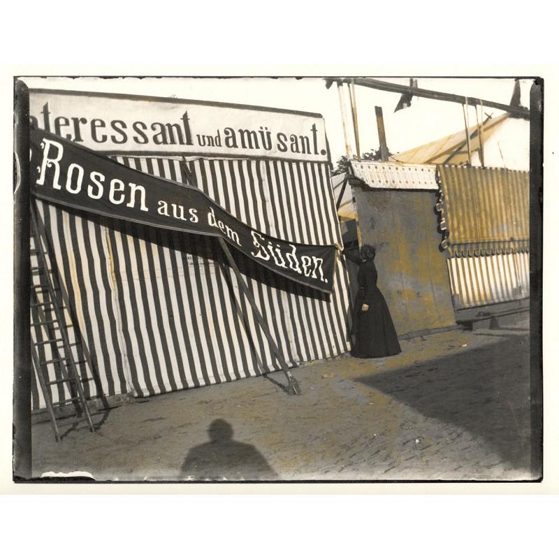 """Heinrich ZILLE: Aufbau der Schaubude """"Rosen aus dem Süden"""". Original Fotografie (1899 / 1900 - Abzug von 1999)"""