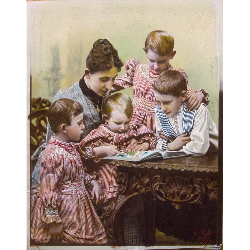 PATHE, M., Berlin: Familienbild. Grossformatige, vollständig übermaltes Originalfoto (1899)
