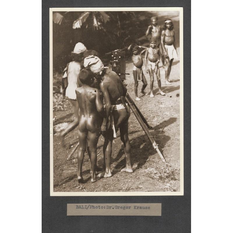 KRAUSE, Dr. Gregor: Bali. Eingeborene betrachten eine Kamera. Original-Fotografie (1920er Jahre - Abzug aus den 1950er Jahren)