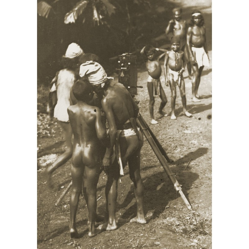 Dr. Gregor Krause: Bali. Nativs consider a camera.Original photography (1920th printed 1950th)