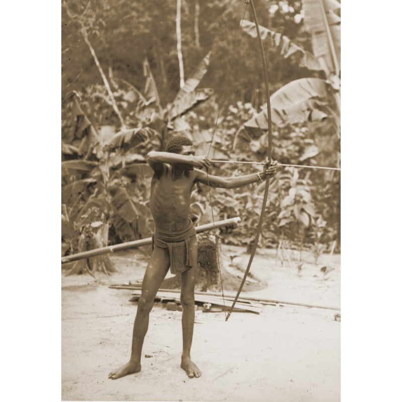 KRAUSE, Dr. Gregor: Expediton nach Indonesien: Speerschütze. Original-Fotografie (1920er - Abzug aus den 1950er Jahren)