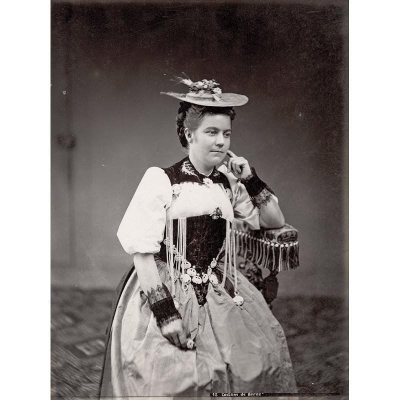 Anonymer Fotograf: Typen aus der Schweiz des 19. Jahrhunderts: Frau im Berner Kostüm. Original-Fotografie