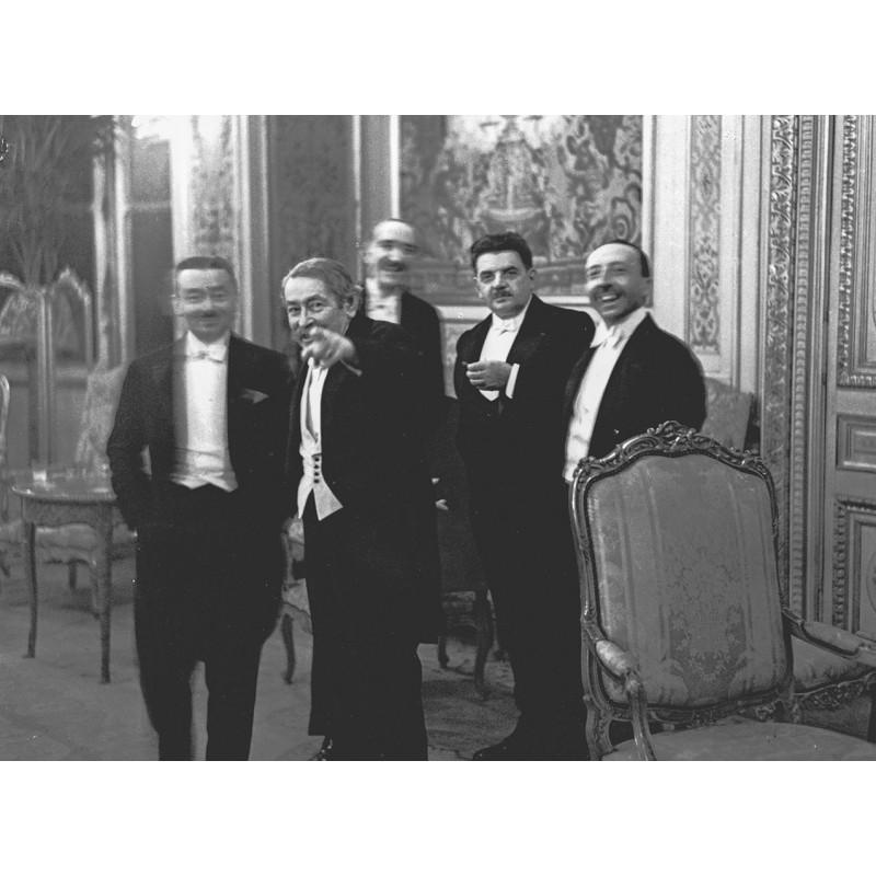 Dr. Erich SALOMON: Aristide Briand entdeckt den Fotografen. Original Foto(1931 - Abzug von 2001)