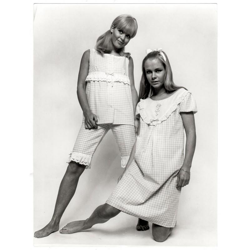 F.C. GUNDLACH: Modeaufnahme: Damen-Schlafanzug u. Nachthemd. Original-Foto (1967)