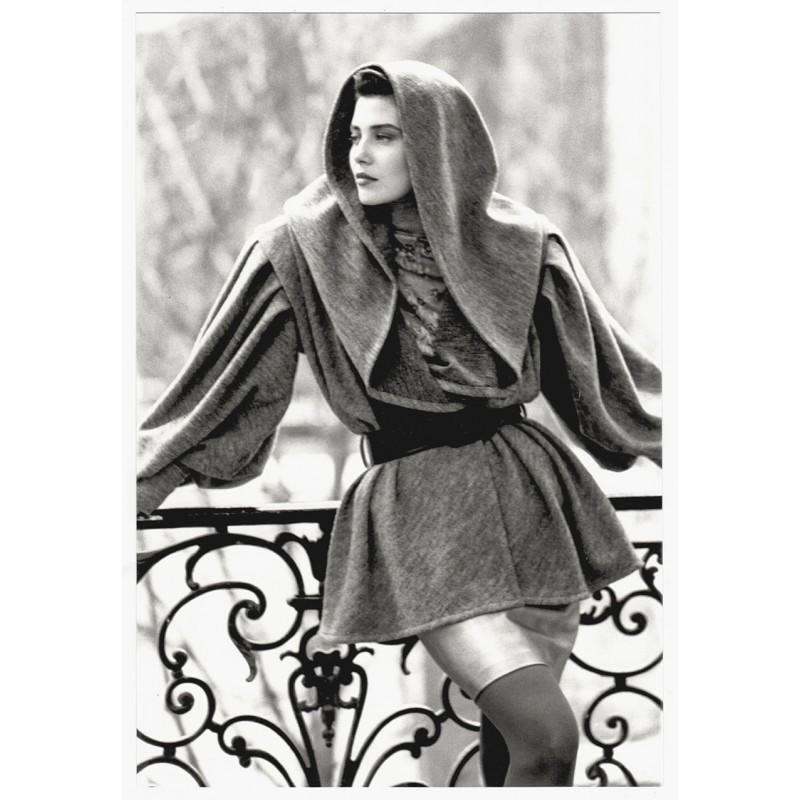 Mode-Fotografie - Guy MARTINEAU: Veste longue a capuche. Original-Foto (1987)