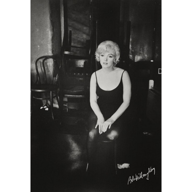 Marilyn Monroe - Bob WILLOUGHBY: MM sitting in her checkroom (1960 - print 1976)