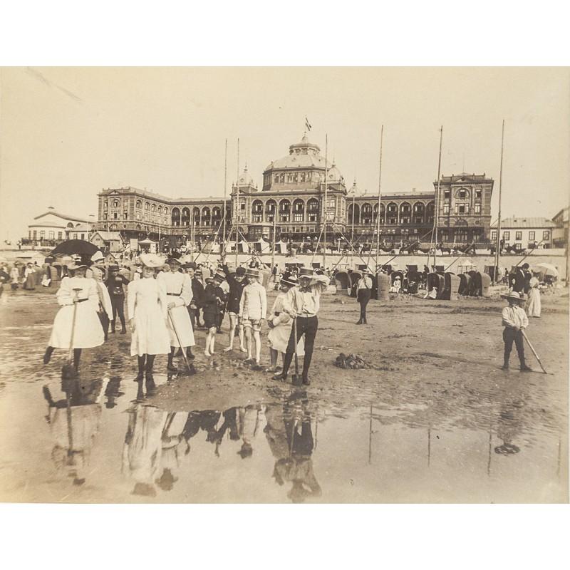 Scheveningen: Summer vacationers' activities on the beach.Original photography (approx. 1898)