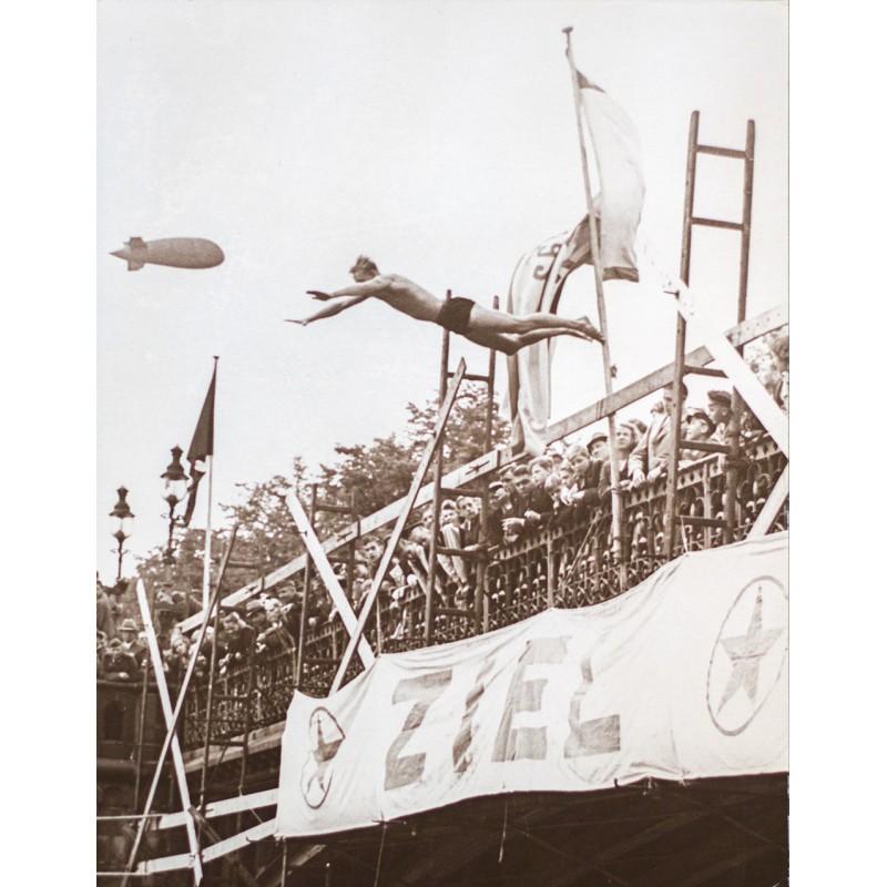 Josef SCHORER: Der Sprung von der Brücke. Original-Fotografie (um 1930 - Abzug 1950er Jahre)