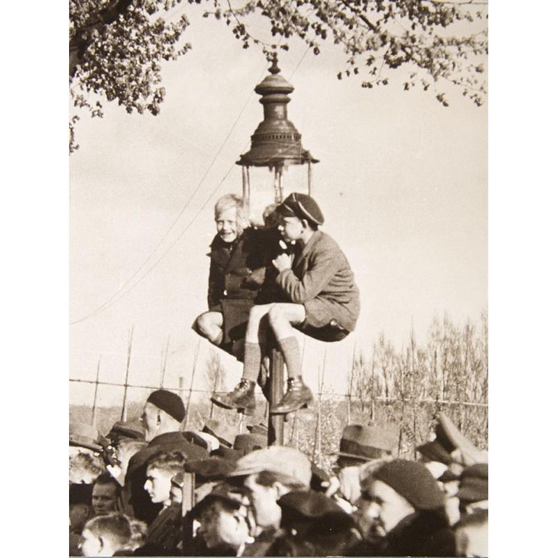 Josef SCHORER: Zuschauer bei einem Motorsport Ereignis. Original-Fotografie (um 1930 - Abzug 1950er Jahre)