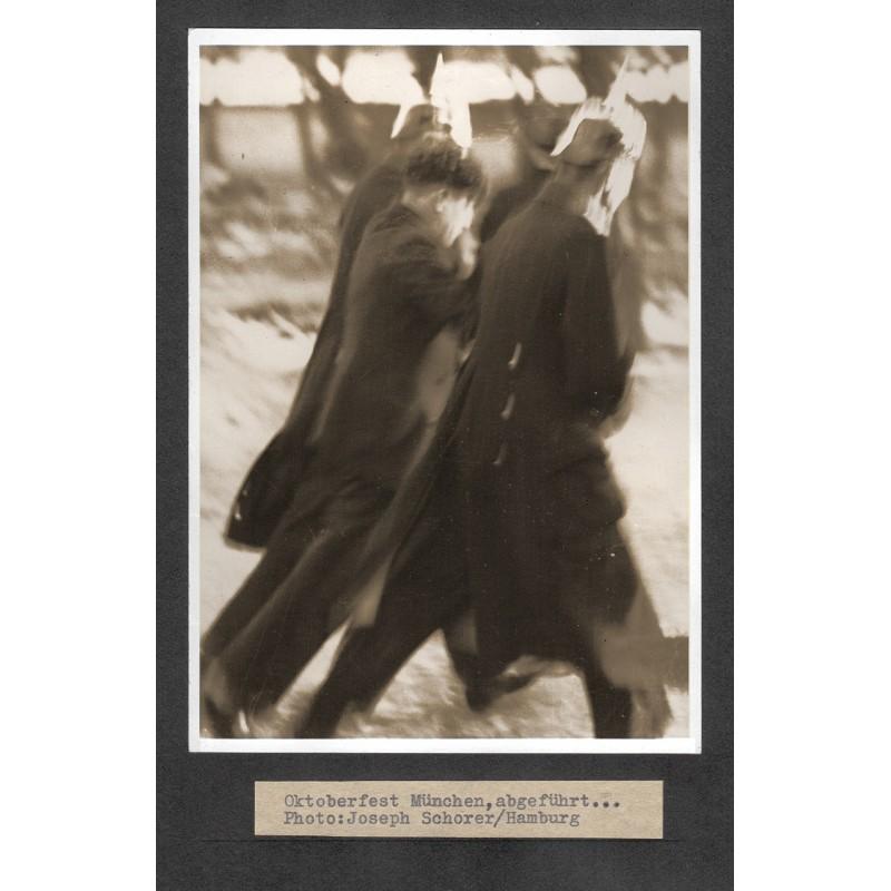 SCHORER: Oktoberfest München: Abführen eines Mannes. Original-Foto (um 1930 - Abzug 1950er Jahre)