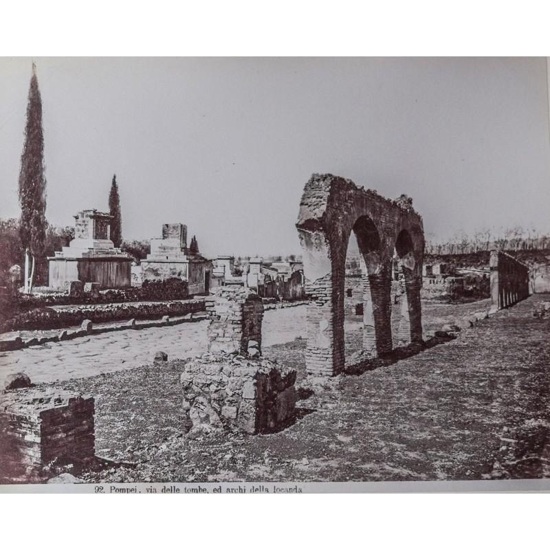 SOMMER, Giorgio: Pompei. Via delle tombe, ed archi della locanda. Albumen print (pre 1865).